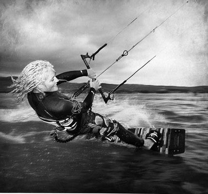 Tanja kitesurfing in der Lagune