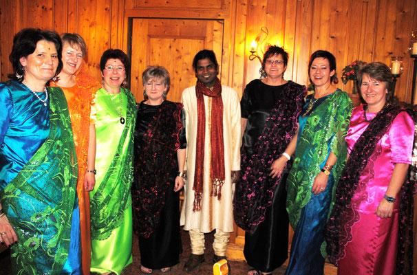 Mahud Pater Joseph mit seinen indischen Frauen