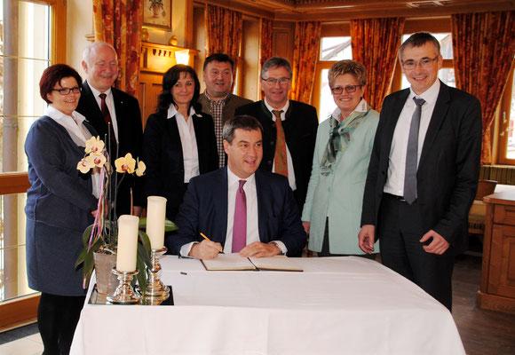 Heimatminister Markus Söder trug sich ins Goldene Buch der Gemeinde Mamming ein