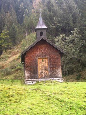 Eine alte Holzkapelle wertet die Bergidylle auf