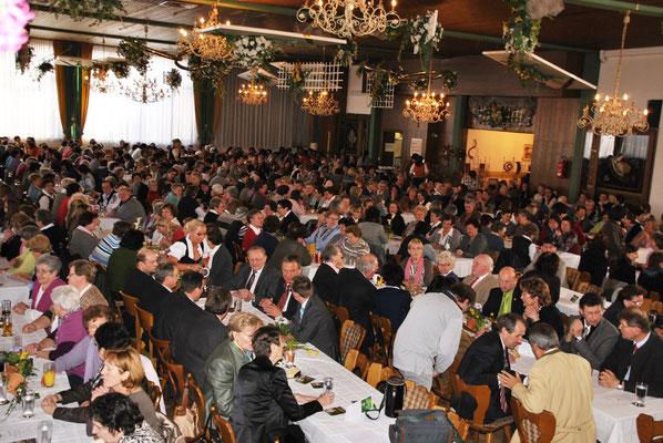 Der vollbesetzte Isartaler-Festsaal in Mamming drückt den Stellenwert der Landwirtschaft aus