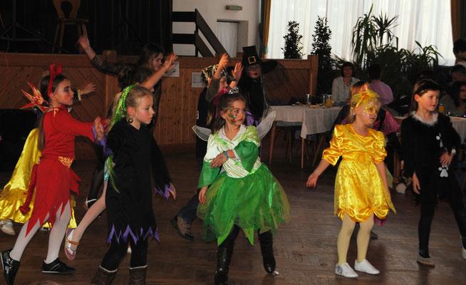 Kleine Maschkara beherrschen die Tanzfläche