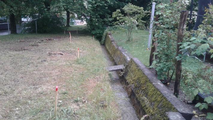 Alte Ufermauer um im Hintergrund illegal erstellten Steg und Eindolung (Blick in Fliessrichtung).