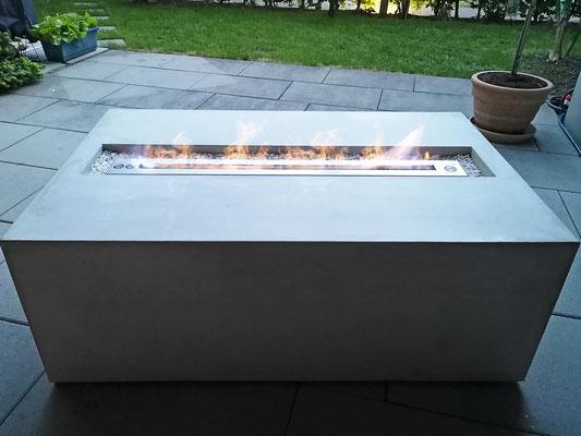 Gartentisch mit Feuerstelle