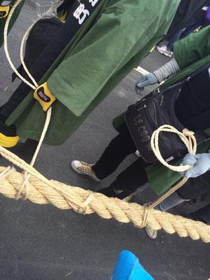 10トン以上ある柱を、綱で全行程人力だけでひっぱります。私たちが持てるのは、その綱をさらにひく「小綱」です。