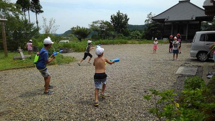 庭いっぱい走り回りました。水鉄砲大会