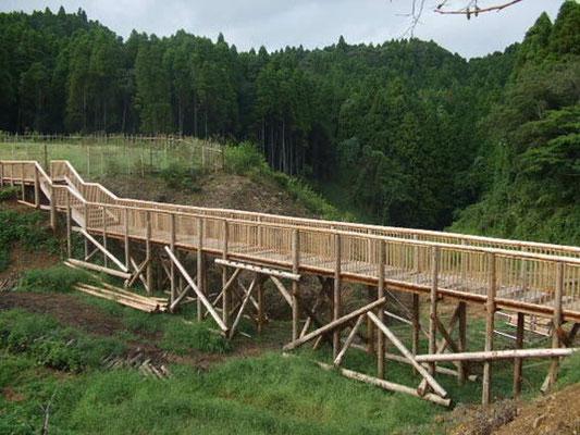 第三樹木葬地へ続く橋。裏山より伐採した木材で作りました。