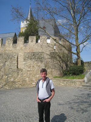 Vor der Burgkirche in Ingelheim