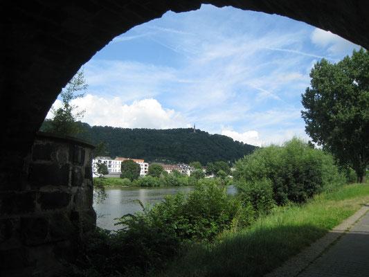Unesco Weltkulturerbe- die Römerbrücke in Trier mit Blick über die Mosel zur Mariensäule