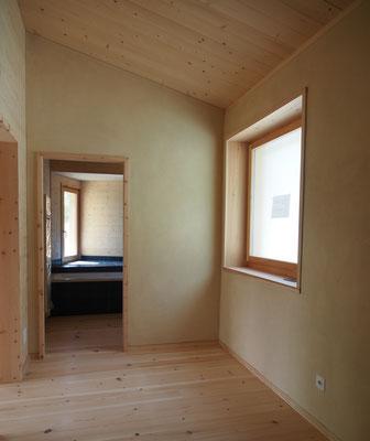 """Eingangsbereich, Föhrenboden, Wände Lehmputz S&L """"Pinut"""""""