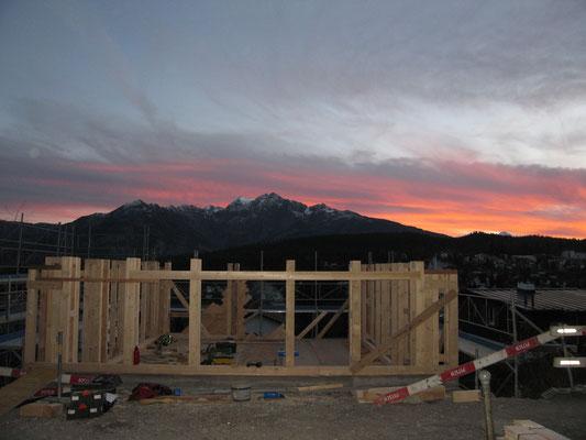 """Die Unterkonstruktion im """"Leitersystem"""" ist bereit für den Dachstock"""