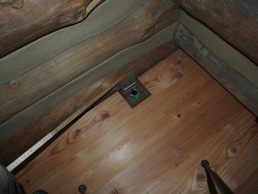 Spezialbodendose für die Dusche welche mit einem Solarsack gespiesen wird. Pfiffiges Detail;-)