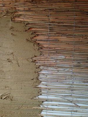 Nicht gedämmte Wand mit klassischem Aufbau: Holz,Schilf,Lehm