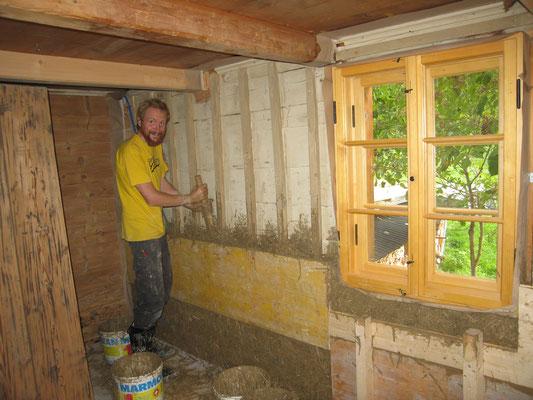 Rasmus beim einbringen des Leichtlehms in die Steigschalung