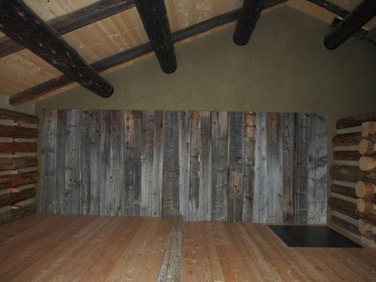 Fertig! Lärchenriemenboden, Altholzwand mit Lehmputz, Flächenbündige Türe