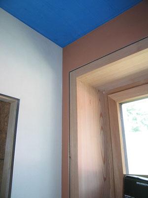 Fensterdetail, Lehm an Wänden