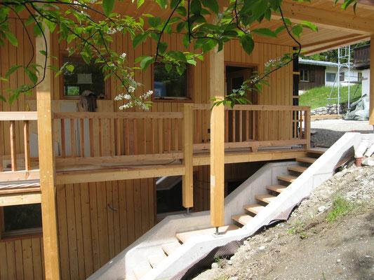 MassivesBalkongeländer in Lärche, Treppentritte aus Kastanienholz