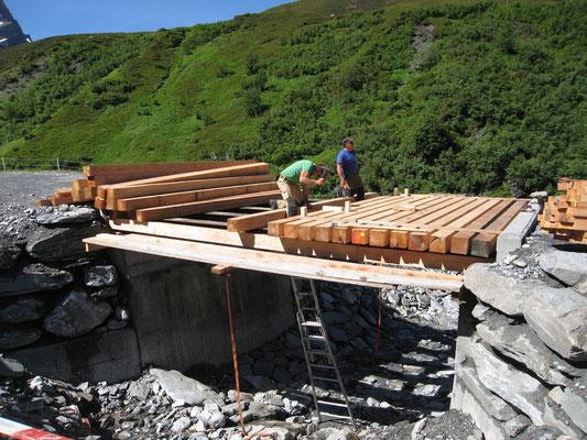 Querbalken werden auf Stahlträger befestigt