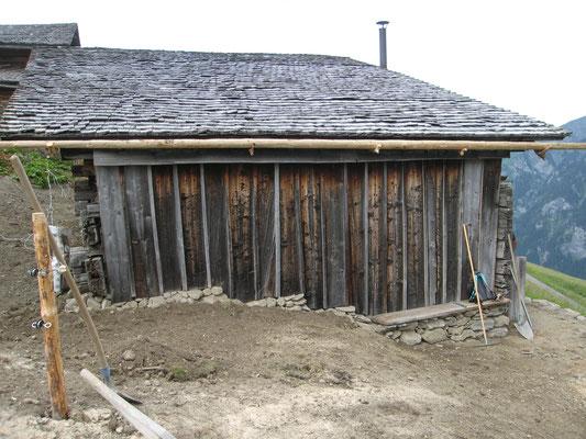 Diese Fassade wurde Teilweise mit alten Brettern ergänzt, die Deckleisten fehlten