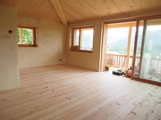 Wohnzimmer mit Blick auf Balkon-Laube