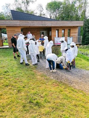 Les apiculteurs en herbe. L'adrénaline commence à monter; ils vont visiter une ruche pour la première fois