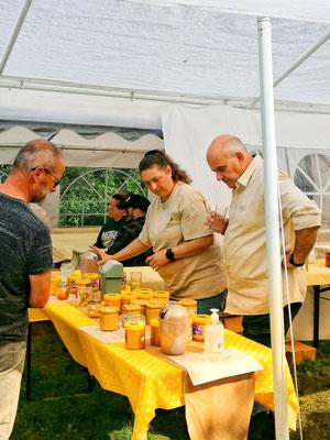 """Le stand """"Dégustation des miels régionnaux et miels label """"Miel de noire"""" a rencontré un vif succès tout au long de la journée"""