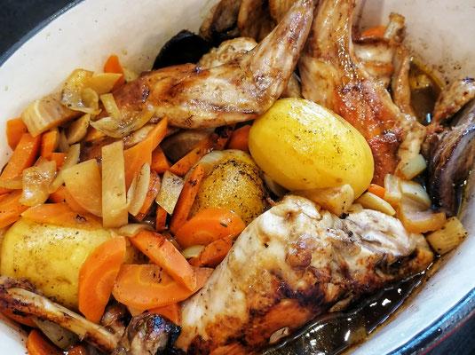 6) Ajoutez les morceaux de lapin en les enfonçant dans les légumes et le jus