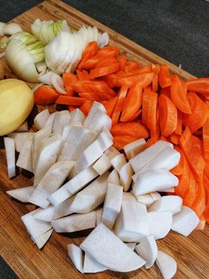 2) Pendant ce temps, lavez, épluchez et taillez  les légumes