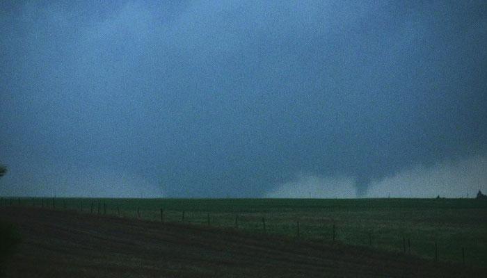 Tornado satélite e tornado principal vistos próximos de Quinter, Kansas, EUA, em 23/05/2008. Foto de William T. Hark.
