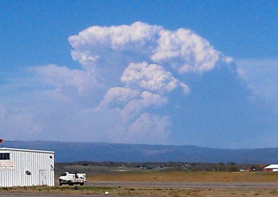 Pyrocumulonimbus causada por incêndio florestal vista em West Fork, Colorado, EUA, em 20/06/2013.