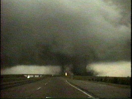 Tornado satélite e tornado principal vistos em 03/05/1999, em Oklahoma, EUA.