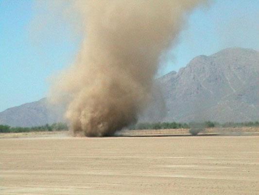 Redemoinhos de poeira vistos em 10/06/2005.