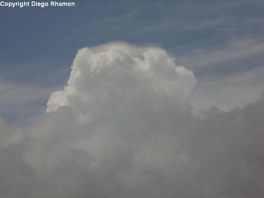 Cumulus com pileus vista em João Pessoa, Paraíba, em 19/02/2014.