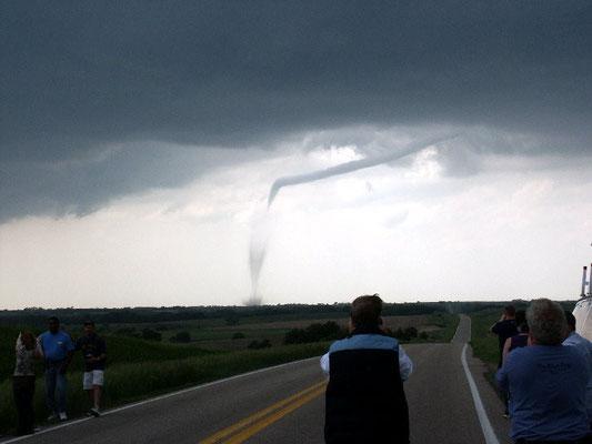 """Tornado pela metade visto em Nebraska, EUA, em 2004. Foto de """"nc911""""."""