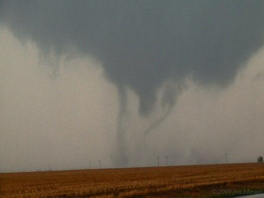 Tornado de vórtices múltiplos visto ao norte de Hoxie, Kansas, EUA, em 22/05/2008. Foto de Jonathan Merage.