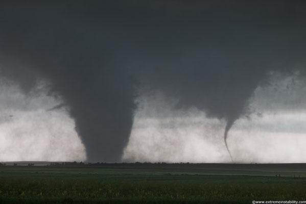 """Tornado satélite e tornado principal vistos em Dupree, Dakota do Sul, EUA, em 16/06/2010. Foto de """"Extremeinstability""""."""