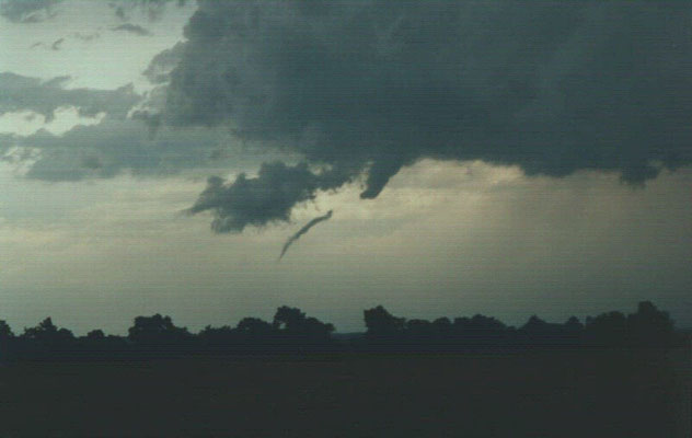 Tornado descontínuo visto em 13/06/1998, em Guthrie, Oklahoma, EUA. Foto de Steve Miller.