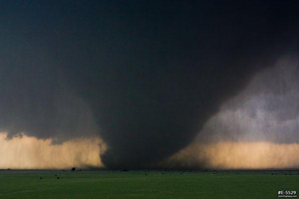 Tornado cunha visto em 28 de maio de 2013, em Bennington, Kansas, EUA. Foto de Dan Robinson.