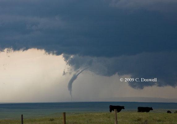 Tornado corda visto ao norte de Albin, Wyoming, EUA, em 05/06/2009. Foto de C. Doswell.