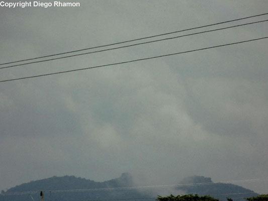 Nuvens orográficas vistas em Campina Grande, Paraíba, em 11/10/2014.