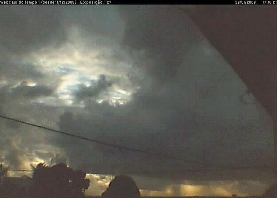 Cumulus congestus, chuva distante e raios solares em 29/01/2009.