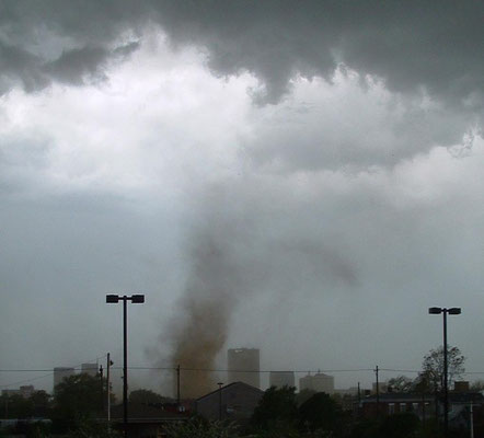 Gustnado visto em Louisville, Kentucky, EUA, em 22/04/2005. Foto de Christopher J. Helbert.