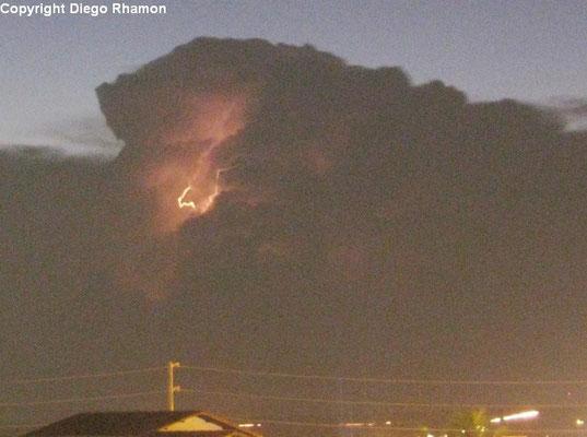 Raio intra-nuvem visto em João Pessoa, Paraíba, em 07/04/2013.