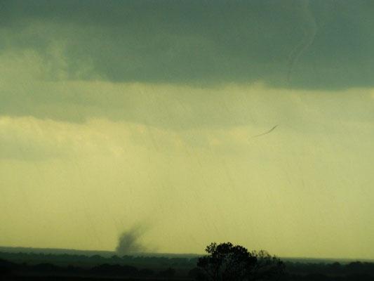 Tornado descontínuo visto em 23/05/2011, próximo de Homestead, Oklahoma, EUA. Foto de Brad Nelson.