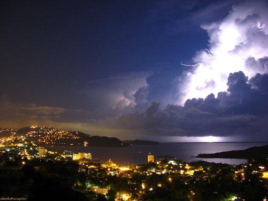 Raio nuvem-céu visto em Acapulco, México, em 03/10/2007.