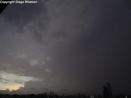 Cumulonimbus praecipitatio vista em Campina Grande, Paraíba, em 21/05/2014.