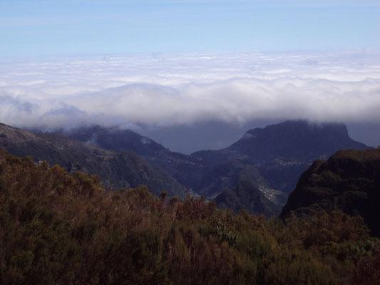Nuvens orográficas vistas no Pico do Areeiro, na Ilha da Madeira, Portugal, em 07/04/2010.