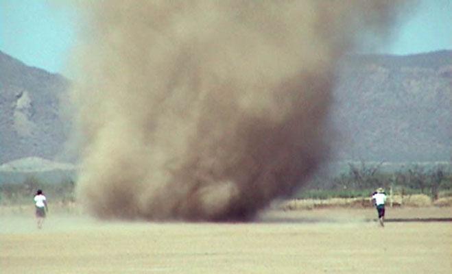 Redemoinho de poeira visto em 10/06/2005.