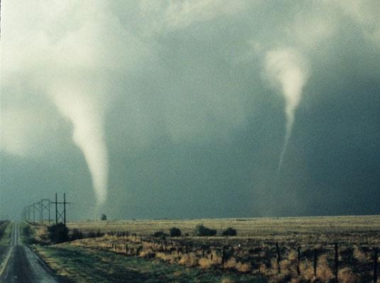 Tornado satélite e tornado principal vistos em Great Plains, EUA, em 28/09/2010. Créditos: NOAA Legacy Photo; OAR/ERL/Wave Propagation Laboratory.
