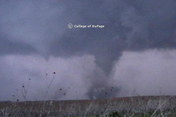 Tornado satélite e tornado principal. Foto da Faculdade de DuPage.